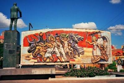 Escultura que muestra la lucha de los sectores industriales y agrícolas por el 11% en regalías para el desarrollo del departamento.